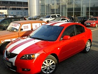 Полосы из белой виниловой пленки вдоль всего кузова Mazda 3