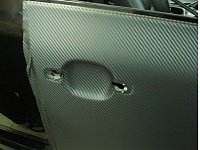 PORSHE CAYENNE мы придали машине более спортивный стиль виниловой пленкой имитирующей карбоновое волокно серии DI-NOC а так же были затемнены стоп сигналы