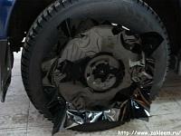 Черный винил на крыше капоте и дисках Subaru Forester.
