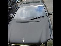 MERSEDES 210 был оклеен капот, крыша, багажник и боковые стойки виниловой пленкой 3D карбон