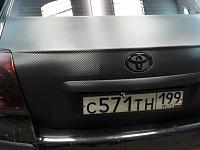 TOYOTA AVENSIS. Винил украсил капот и багажник автомобиля. Пленка - карбон, как наиболее красивая и практичная. Тонировка фар.