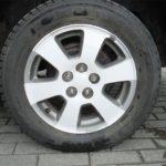 Капот и крыша машины заклеены белой виниловой пленкой. Еще мы заклеели колесные диски и затонировали задние стоп сигналы.