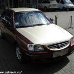 HYUNDAI ACCENT Пленка с эффектом 3D карбона золотого цвета , значительно обновила внешний вид данного автомобиля.