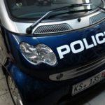При помощи пленки Smart превращается в полицейскую машину.