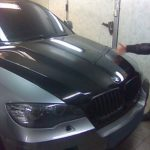BMW X6 оклейка капота черной глянцевой пленкой