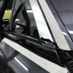 Rolls-Royce Ghost оклейка (изношеных реагентами) хромированных молдингов, вокруг окон, черной глянцевой пленкой KPMF AIREALEASE серия K88021. Цена 6000 рублей. Тонирование задней полусферы ( без передних окон) Llumar 5%. Цена - 6500 рублей